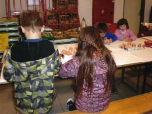 Otroci so poslikali pirhe.