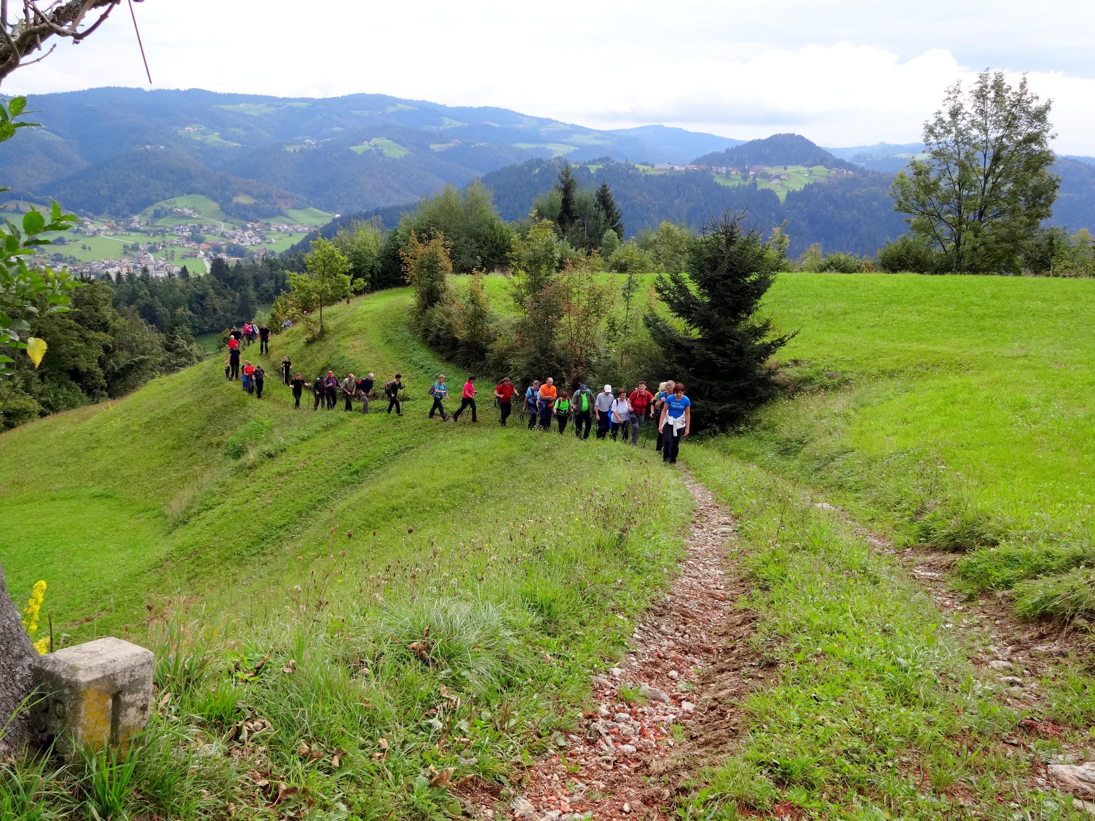 Po graničarski poti na Breznico, spredaj mejnik rapalske meje